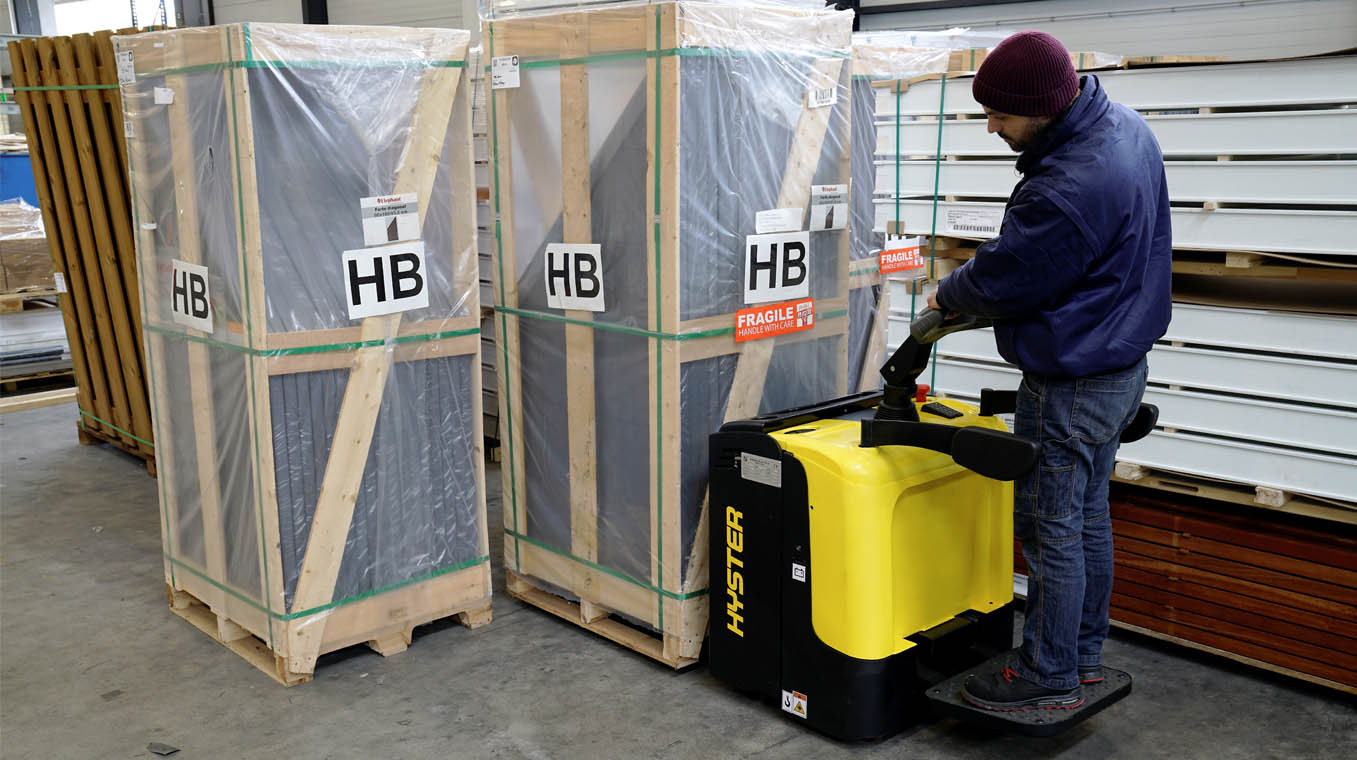 Hyster pallet truck lifting packed pallets